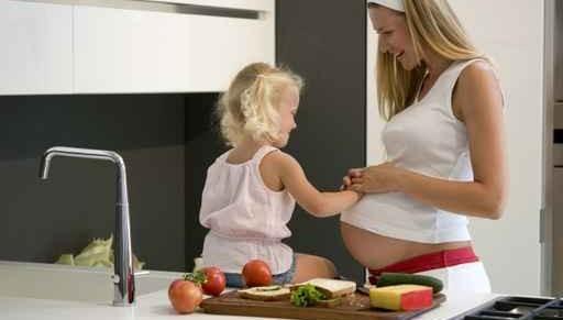 Tochter und schwangere Mutter